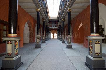 Stralsund  Deutschland  Saeulengang im Stralsunder Rathaus