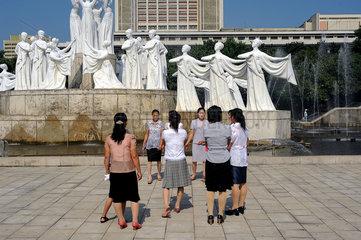 Pjoengjang  Nordkorea  Frauen im Mansudae-Brunnenpark