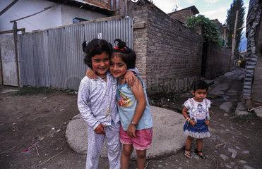Srinagar  Indien  spielende Kinder waehrend der Ausgangssperre