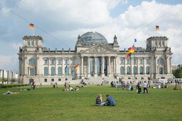 Berlin  Deutschland  Menschen auf der Wiese vor dem Reichstag