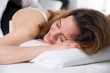 Freiburg  Deutschland  ein Frau laechelt waehrend des Schlafens