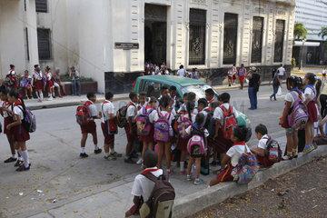 Schulkinder vor eine Grundschule in Havanna