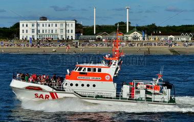 Norderney  Deutschland  Seenotrettungskreuzer mit Gaesten am Tag der Seenotretter