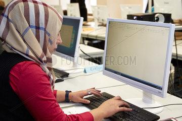 Berlin  Deutschland  Fluechtlingsfrau lernt den Umgang mit dem Computer