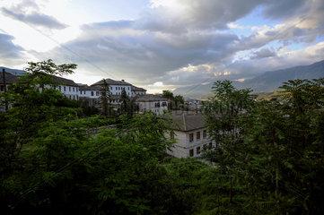 Gjirokastra  Albanien  Blick ueber die Daecher der Stadt