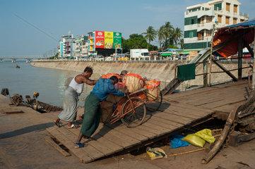 Mawlamyaing  Myanmar  Maenner schieben eine Fahrradrikscha zur Strasse