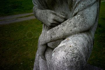 Berlin  Deutschland  Engelsfigur auf dem alten Domfriedhof der St. Hedwigsgemeinde