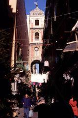 Stadttor in der Altstadt Neapels.