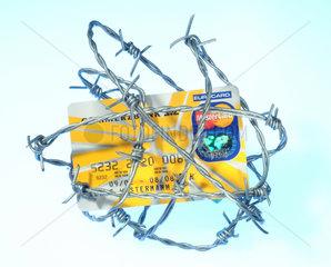 Eine mit Stacheldraht umwickelte Kreditkarte