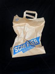 Berlin  Deutschland  zerknuellte Papiertuete der Drogeriekette Schlecker
