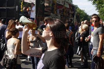 Berlin  Deutschland  eine Frau trinkt Bier auf dem CSD