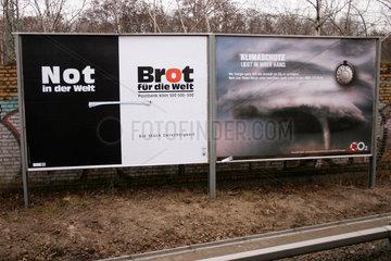 Werbeplakate zum Thema Klimaschutz und Not in der Welt