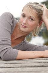 Blonde junge Frau  23 Jahre alt  schaut in die Kamera (model released)
