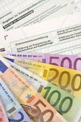 Symbolbild Einkommenssteuererklaerung  Erklaerung zur Festsetzung der Kirchensteuer auf Kapitalertraege  Antrag auf Festsetzung der Arbeitnehmer-Sparzulage  Erklaerung zur Feststellung des verbleibenden Verlustvortrags  Anlage Vorsorgeaufwand  EURO-Banknoten  Faecher  Geldscheine