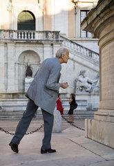 Rom  Ein alter Mann liesst sich die Erlaeuterung zum Reiterstandbild des Kaisers Marc Aurel durch