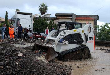Aci Trezza  Italien  Aufraeumarbeiten nach der Ueberflutung einer Strasse