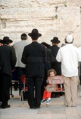 Orthodoxe Juden beim Gebet an der Klagemauer.