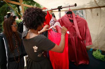Berlin  Deutschland  Frauen begutachten Kleider auf der Wedding Dress 4