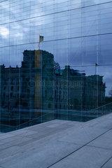 Berlin  Deutschland  Spiegelung des Reichstags in einer Glasfassade