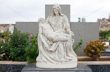Alcudia  Mallorca  Spanien  Grabskulptur auf dem staedtischen Friedhof