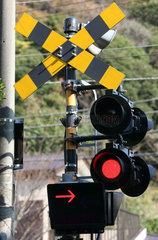 Kamakura  Japan  Verkehrsschild Andreaskreuz mit Warnampel an einem Bahnuebergang