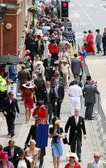 Ascot  Grossbritannien  elegant gekleidete Menschen auf der Ascot High Street