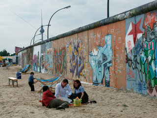 Berlin  Picknick hinter der Mauer der East-Side-Gallery