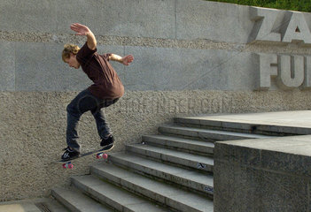 Berlin  Deutschland  ein Skateboarder springt die Treppe runter