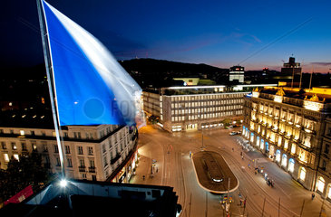 Zuerich  Schweiz  die UBS Bank am Paradeplatz am Abend