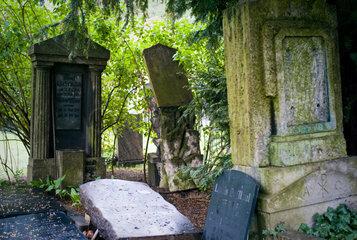 Berlin  Deutschland  Grabsteine auf dem Friedhof der Franz.-Ref. Gemeinde