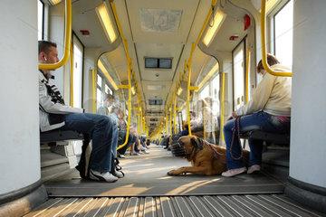 Berlin  Menschen sitzen in einer U-Bahn