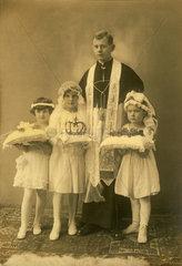Erstkommunionkinder mit Priester  1922