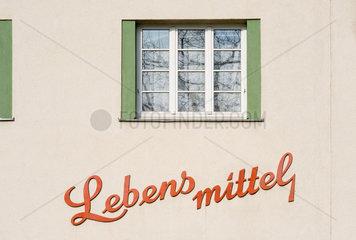 Wien  Oesterreich  Fenster und Schriftzug Lebensmittel am George-Washington-Hof