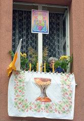 Rentnerin im Fenster  Fronleichnamsfest in Polen