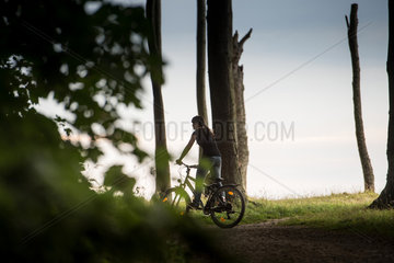 Nienhagen  Deutschland  Radfahrerin im Wald bei Nienhagen