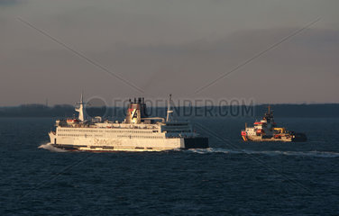 Warnemuende  Deutschland  Scandlines Faehre begleitet von einem Boot der Kuestenwache
