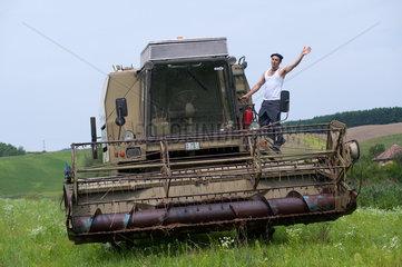 Cered  Ungarn  ein Mann mit einem Maehdrescher auf dem Feld