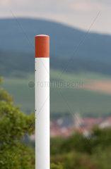 Rasdorf  Deutschland  Markierung des Grenzverlaufs auf dem Gelaende der Gedenkstaette Point Alpha