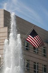 Berlin  Deutschland  Amerikafahne und Wasserfontaene vor der Amerikanischen Botschaft