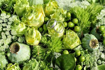 Oldenburg  Deutschland  Eheringe in einem Blumengesteck
