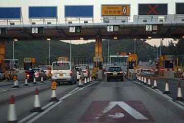 Hong Kong  China  Autos an einer Mautstelle