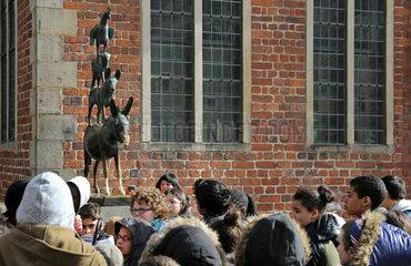 Bremen  Deutschland  Menschen betrachten die Skulptur der Bremer Stadtmusikanten