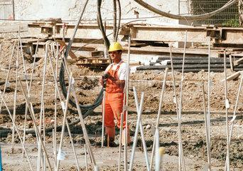 Bauarbeiter auf einer Baustelle bei Bohrarbeiten