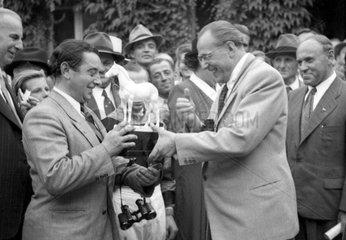 Hoppegarten  DDR  Otto Grotewohl (rechts)  Ministerpraesident der DDR  ueberreicht einen Ehrenpreis