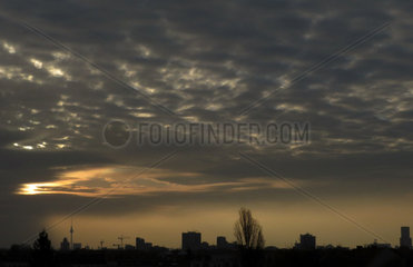 Berlin  Deutschland  Altocumuluswolken bei Daemmerung ueber der Stadt