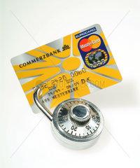 Eine mit einem Vorhaengeschloss abgesicherte Kreditkarte