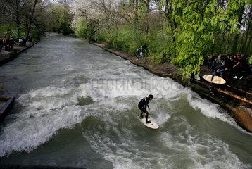 Muenchen  Deutschland  Wellenreiter im Englischen Garten im Eisbach