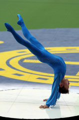 Hongkong  China  der Turner Cai Young zeigt seine Akrobatik