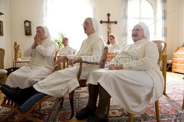 Heitersheim  Deutschland  Schwestern schauen Fussball