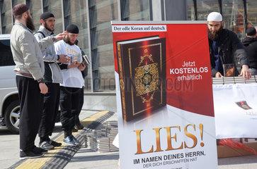Berlin  Deutschland  Werbeaufsteller fuer den Koran: Lies! Im Namen deines Herren  der dich erschaffen hat